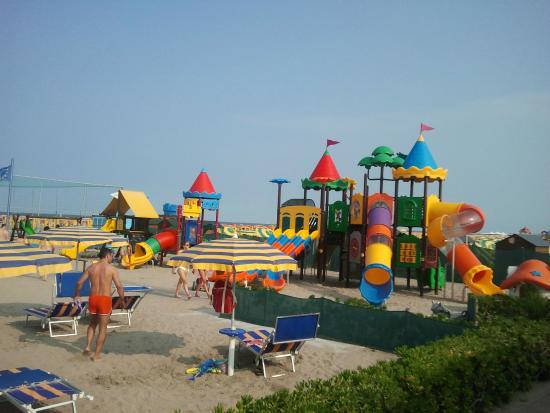 bagni splash spiaggia privata con lettini e ombrelloni parco giochi per bambini campo