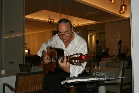 Sunrise Pearl Hotel & Spa: Живая музыка. Ужин
