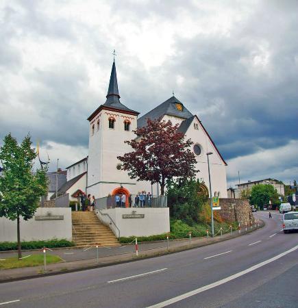 Hotel Hansen: церковь поблизости (сам отель виднеется справа от церкви)