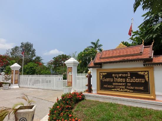 Kaysone Phomvihane Monument