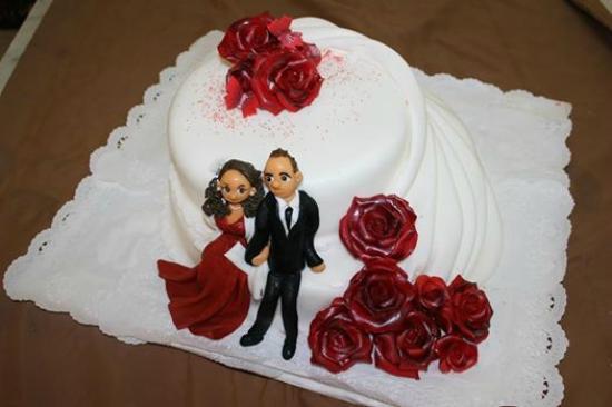 Huebler Kaffee Konditorei: Hochzeitstorte mir Marzipan Brautpaar