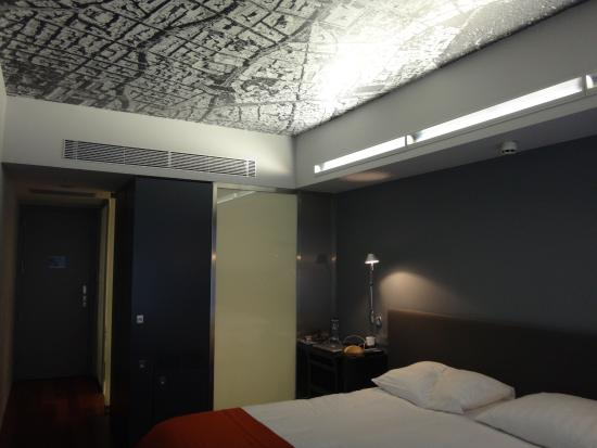Periscope Hotel: room with feature ceiling