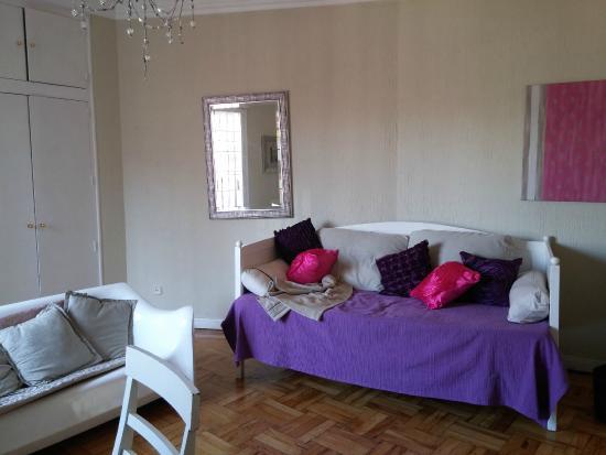 Hostal Madrid: Living (incluye dos sillones, mesa, tv)