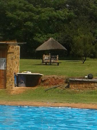 Magalies Sleepy River: The pool area with individual braai areas