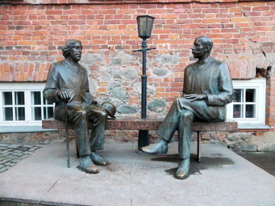 Vilde Health Cafe: Eduard Vilde & Oscar Wilde statue outside the restaurant