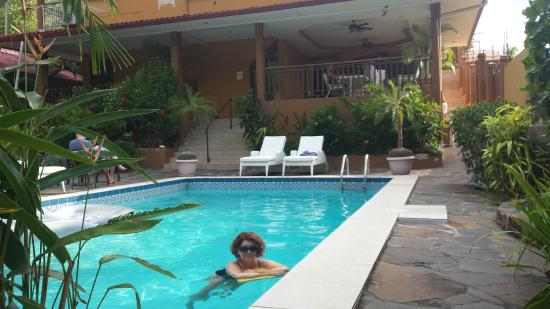 Coconut Lodge: Great pool, lightly salty and slightly chlorinated
