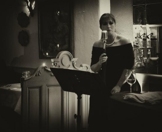 Crackpots Restaurant: Grainne singing - Fridays Piano Bar