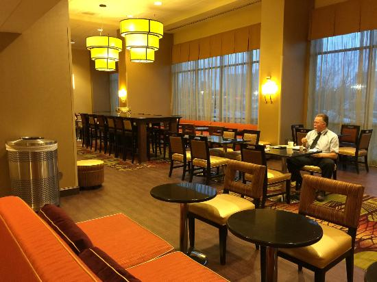 Hampton Inn & Suites Alexandria Old Town Area South: Breakfast seating area