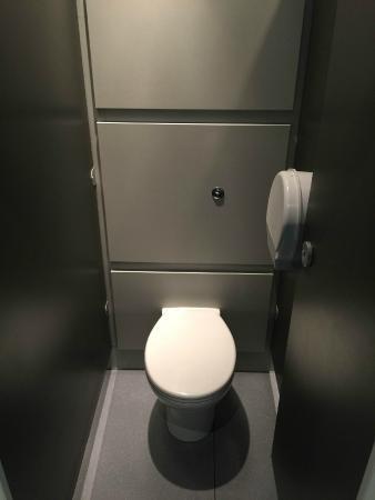 Venture Hostels: Toilet