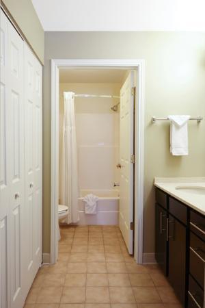 Staybridge Suites Glenview: Studio Rest Room