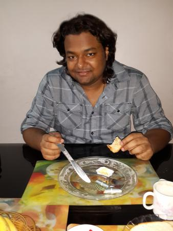 Casa Mia Homestay : At the breakfast table on the ground floor with Usha and Anthony.