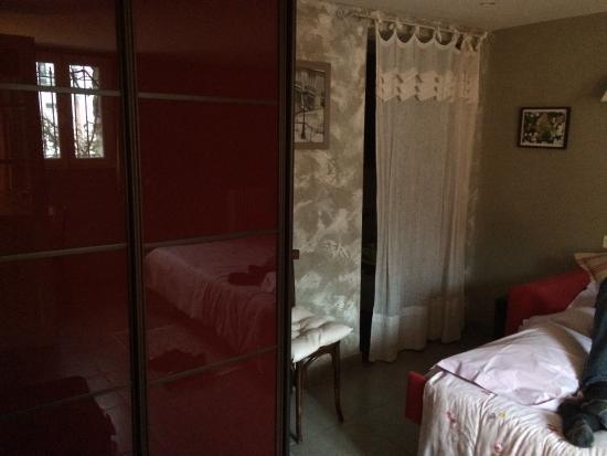armoire dans la chambre pr y d faite votre valise l 39 entr e de la salle de bain par le rideau. Black Bedroom Furniture Sets. Home Design Ideas
