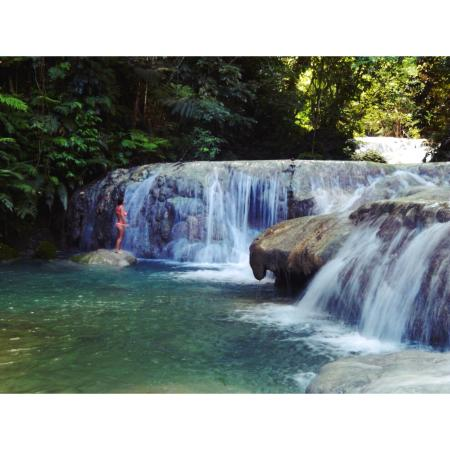 Mele Cascades : Swimming under the falls