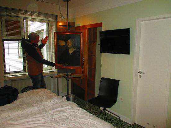 strange to see a painting just there in the room picture of hotel cristall cologne. Black Bedroom Furniture Sets. Home Design Ideas