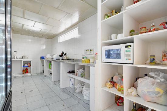 Black Sheep Hostel Medellin: Spacious kitchen