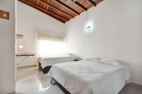 Black Sheep Hostel Medellin: Twin bedroom with bathroom and cable