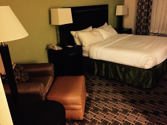 Holiday Inn Statesboro University Area: King Bed- very comfortable and the pillows are great!
