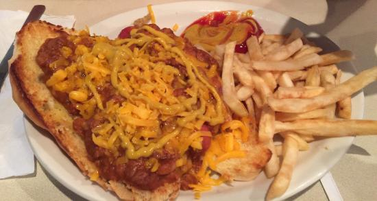 Ross' Restaurant: Super Chili Dog with fries