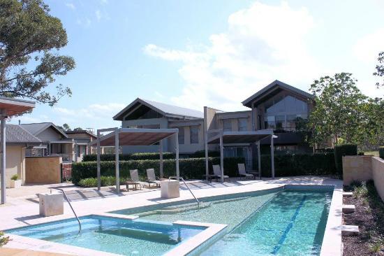 جراند ميركيور أبارتمينتس ذا فينتيج هانتر: Pool Area