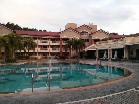 Subic Holiday Villas : Massive pool