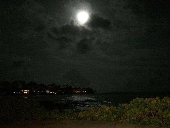 Kiahuna Plantation Resort: night view from the patio