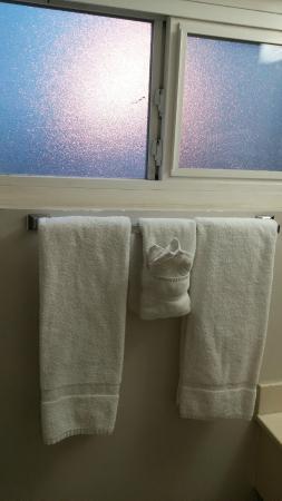 Americas Best Value Inn & Suites: Bathroom area -- old but clean