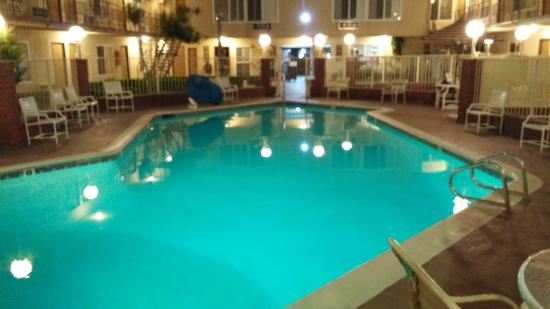 Americas Best Value Inn & Suites: Pool area, surrounded by rooms