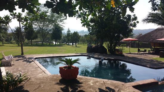 Kwanyoni Lodge: Swimming Pool & Braai Area