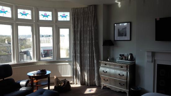 2 Crescent Gardens: Sunny front bedroom