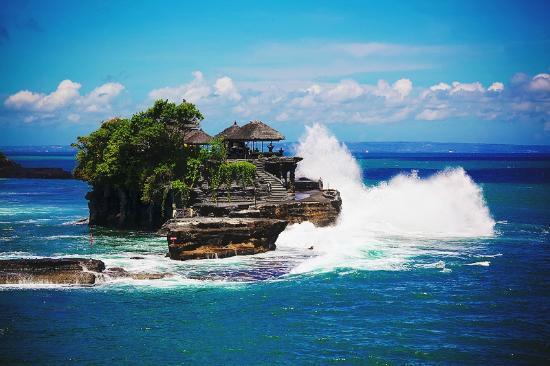 Beraban, Indonesia: Каменный остров и волны