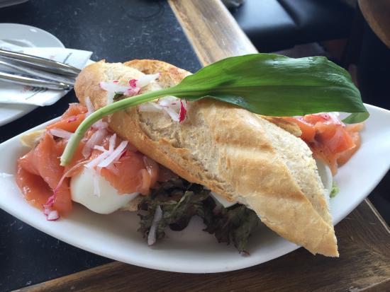 Cafehaus Brückenbäck: Baguete de salmão defumado com ovo