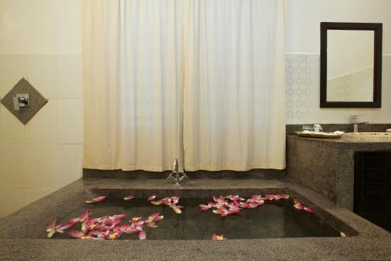 The Moon Boutique Hotel: Bathtub