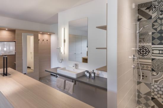 familienzimmer mit elternschlafzimmer mit boxspringbett picture of hotel matteo flachau. Black Bedroom Furniture Sets. Home Design Ideas