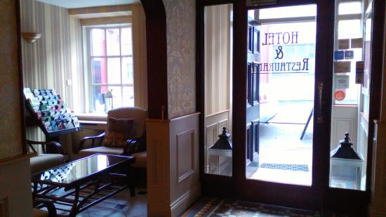 O'Shea's Hotel: Inside the front door at reception