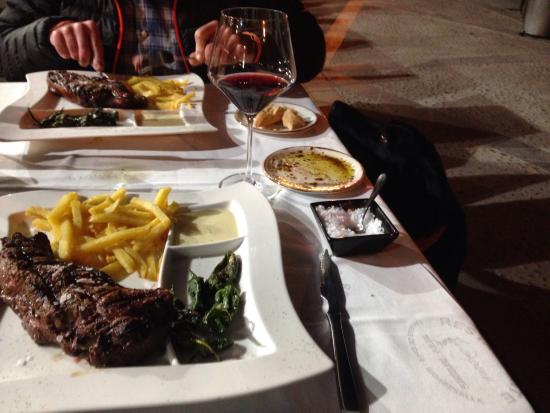 El Campanu: Delicious steak with blue cheese sauce and peppers