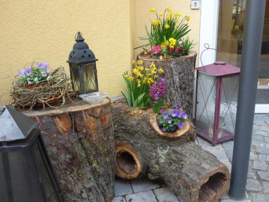 Landhotel & Weingasthof Schwarzer Adler: Die geschmackvolle Pflanzendekoration im romantischen Innenhof