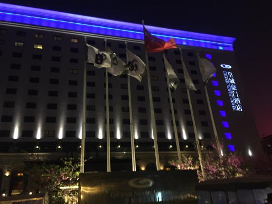 Grand Noble Hotel: Exterior Night-time