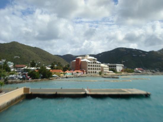 Maria's by the Sea: Vista do hotel a partir do ferry.