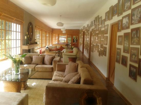Salas del comedor principal con chimenea y ventanales - Comedor con chimenea ...