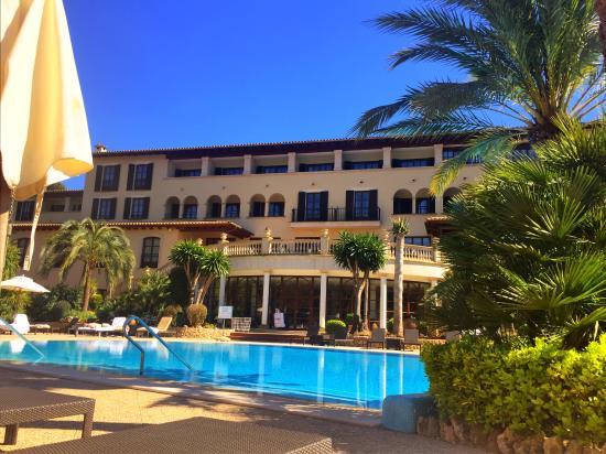 Sheraton Mallorca Arabella Golf Hotel: Blick vom Pool auf das Hotel