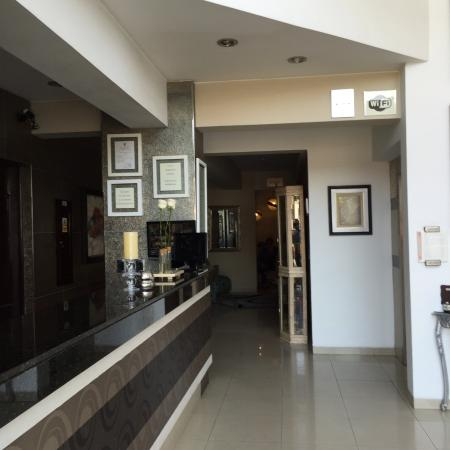 Hotel Vila Santa Miraflores: Welcoming Lobby with friendly Staff.