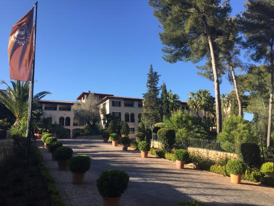 Sheraton Mallorca Arabella Golf Hotel: Die Auffahrt zum Hotel