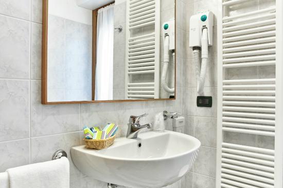 Hotel Costa : particolari del bagno...