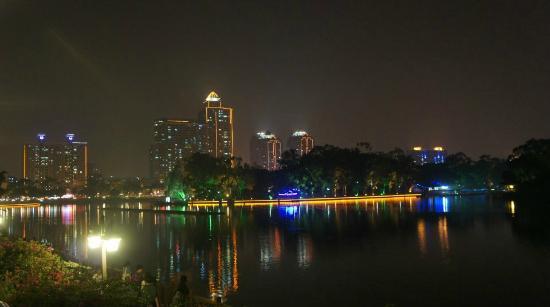 Lakeside Hotel : vista nocturna de las afueras del hotel