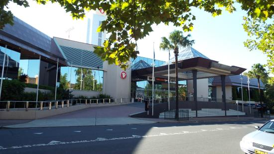 Travelodge Hotel Bankstown Sydney: Front of hotel