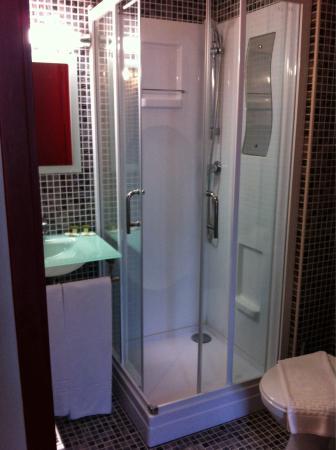 Hotel St-Martin: La salle de douche de la 4
