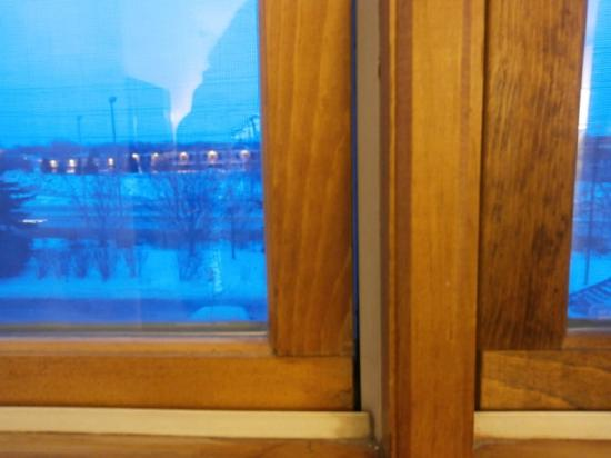 Country Inn & Suites by Radisson, Minneapolis West, MN : Old Windows with Gap! Needs to Be Replaced!