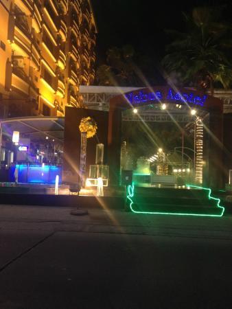 Vabua Asotel: Vu de l'extérieur, très illuminé, terrasse très animée!