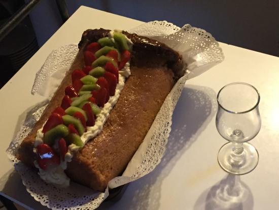 Pizzeria-Trattoria Napoli del'Albergo la Foresteria: Babà ripieno di crema e frutta