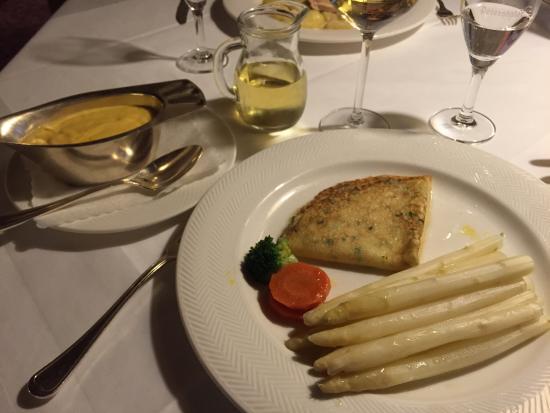 Breivogel: Spargel mit Kräutercrepes, Sauce Hollandaise.